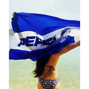 En la playa apoyando al azul