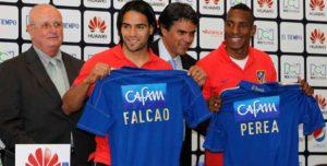 Falcao recibe la camiseta de Millos